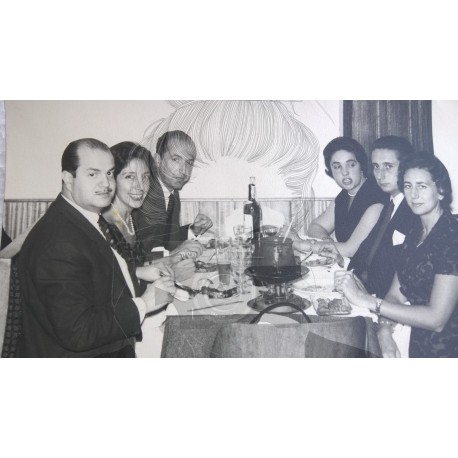 GRUPO FAMILIAR EN RESTAURANTE 1960