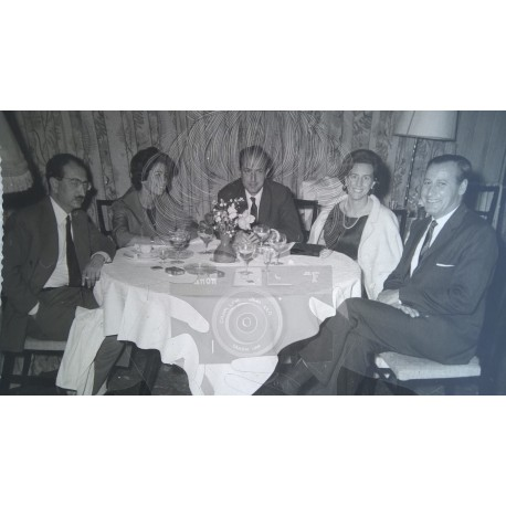 GRUPO FAMILIAR EN RESTAURANTE. BARCELONA 1960